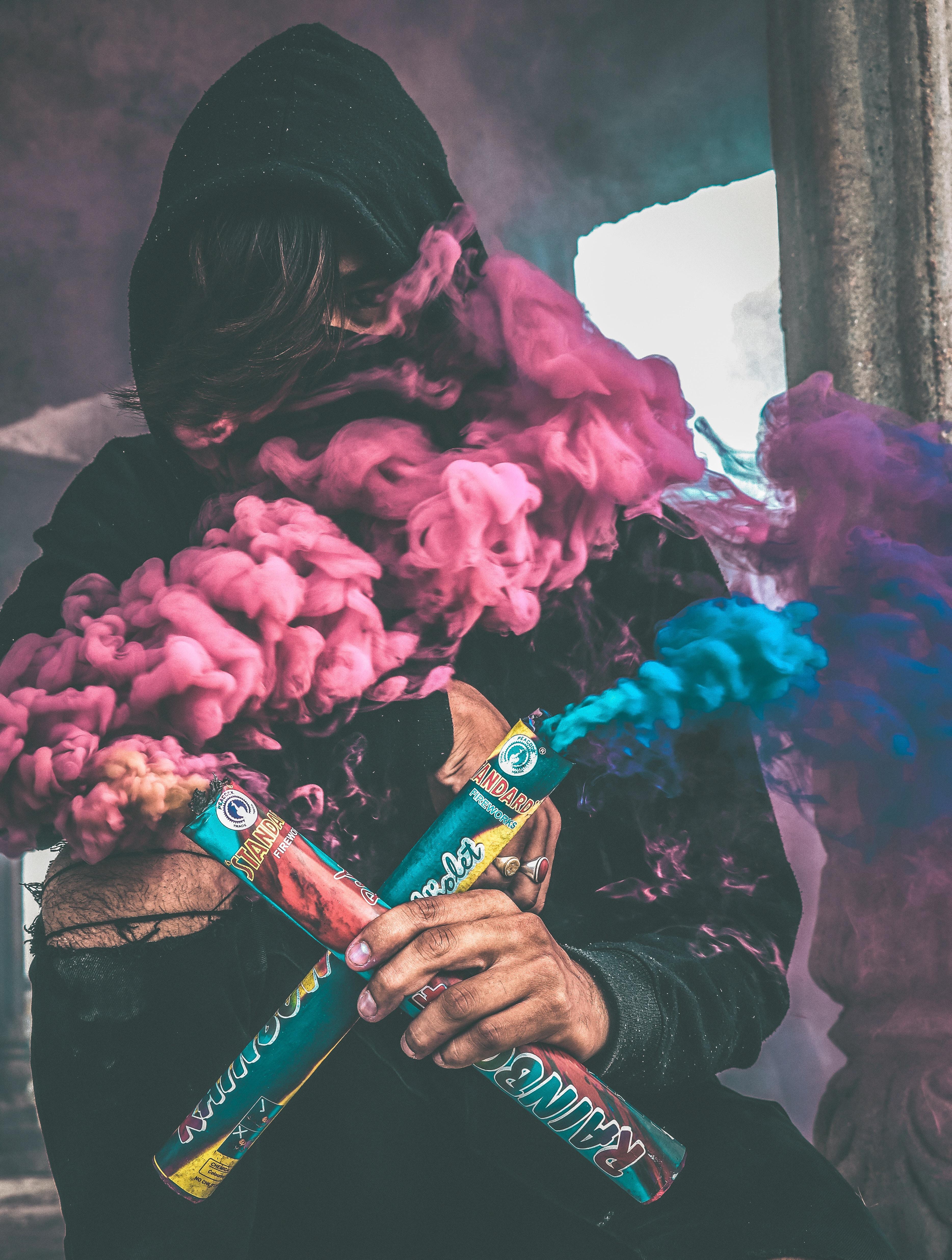 image d'une activiste avec fumigène